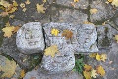Cruz de pedra rachada antiga Fotografia de Stock