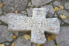 Cruz de pedra rachada antiga Imagens de Stock