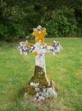 Cruz de piedra antigua en cementerio Imagen de archivo libre de regalías