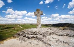 Cruz de piedra bajo el cielo azul Fotos de archivo libres de regalías