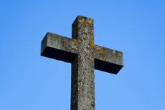 Cruz de piedra bajo el cielo azul Imagen de archivo libre de regalías
