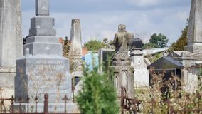 Cruz de piedra en el cementerio viejo Cementerio gótico oscuro Nubes sobre un cementerio abandonado Sepulcros viejos durante los  almacen de metraje de vídeo