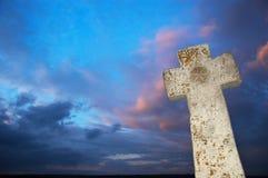 Cruz de piedra en el cielo oscuro Imagen de archivo libre de regalías
