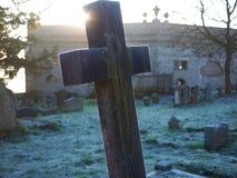 Cruz de piedra en Frosty Morning en un cementerio Imagenes de archivo