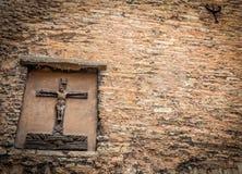 Cruz de piedra en la pared Fotografía de archivo libre de regalías