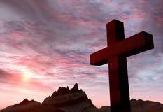 Cruz de piedra roja en un fondo extremadamente del cielo y del montaje de la tormenta
