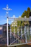 Cruz de plata en la puerta de la entrada del cementerio masónico, Canyonville, Oregon Fotos de archivo libres de regalías
