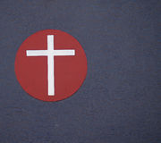 Cruz de prata no círculo vermelho. imagem de stock royalty free