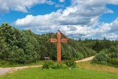 Cruz del borde del camino Pueblo Volgoverkhovye Imagenes de archivo