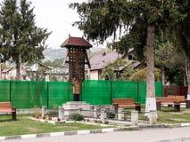 Cruz del borde de la carretera para el rezo en la ciudad de Prahova en Rumania Imagen de archivo libre de regalías
