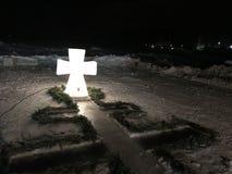 cruz del hielo instalada cerca del agujero Fotos de archivo