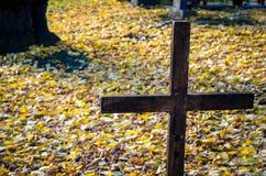Cruz del hierro en cementerio Imágenes de archivo libres de regalías