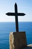 Cruz del hierro en un sótano de piedra Foto de archivo