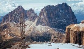 Cruz del hierro encima del Sass Pordoi, dolomías italianas fotografía de archivo
