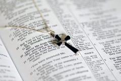 Cruz del Onyx en el texto de la biblia Imagen de archivo