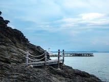 Cruz del puente de madera el mar foto de archivo libre de regalías