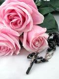 Cruz del rosario y rosas rosadas Fotos de archivo libres de regalías