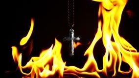Cruz del símbolo de la religión del cristianismo en infierno ardiente del fuego almacen de video