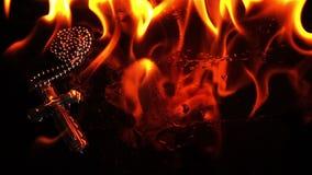Cruz del símbolo de la religión del cristianismo en infierno ardiente del fuego almacen de metraje de vídeo