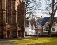 Cruz delante de una iglesia Imagen de archivo libre de regalías