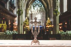 Cruz do altar em Bristol Cathedral foto de stock royalty free