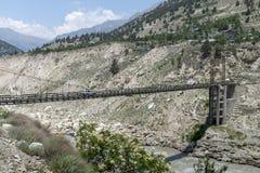 Cruz do carro a ponte de aço longa um de cada vez em Himachal Pradesh, Índia Foto de Stock