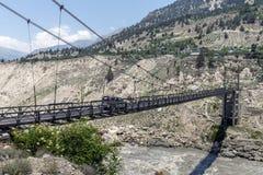 Cruz do carro a ponte de aço longa um de cada vez em Himachal Pradesh, Índia Imagem de Stock Royalty Free