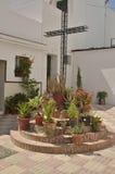 Cruz do ferro cercada por plantas Imagem de Stock