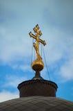 Cruz do ouro na abóbada da igreja Imagens de Stock
