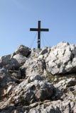 Cruz do pico de montanha Fotografia de Stock