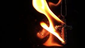 Cruz do símbolo da religião da cristandade em inferno ardente do fogo vídeos de arquivo