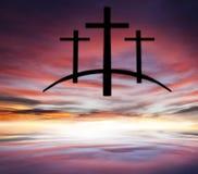 Cruz do ` s do deus Luz no céu escuro Fundo da religião fotografia de stock royalty free