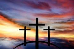 Cruz do ` s do deus Luz no céu escuro Fundo da religião foto de stock