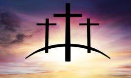 Cruz do ` s do deus Luz no céu escuro Fundo da religião fotos de stock