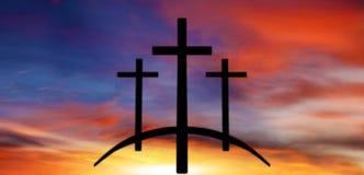 Cruz do ` s do deus Luz no céu escuro Fundo da religião imagens de stock royalty free
