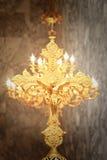 Cruz dourada com crucificação do Jesus Cristo do ouro imagem de stock