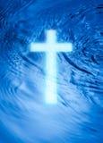 Cruz e água da religião fotografia de stock
