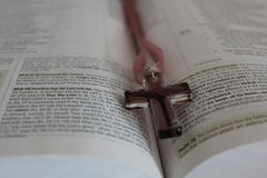 Cruz e Bíblia Fotografia de Stock