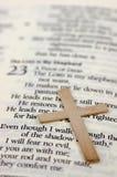 Cruz e Bíblia do ouro com foco seletivo Fotos de Stock Royalty Free