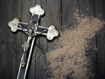 Cruz e cinza - símbolos de Ash Wednesday foto de stock