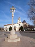 Cruz e igreja Fotos de Stock Royalty Free