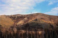Cruz e inscrição na montanha ' abençoe e save' Karabash, R?ssia fotos de stock royalty free
