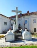 Cruz e Jesus christ no cemitério de Raseiniai, Lituânia imagens de stock royalty free