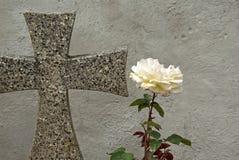 A cruz e levantou-se Foto de Stock