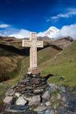 Cruz e montagem de Kazbek, Geórgia Fotografia de Stock Royalty Free