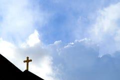 Cruz e nuvens imagem de stock