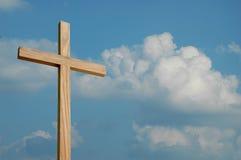 Cruz e nuvens de madeira Foto de Stock Royalty Free