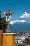 Cruz e o volcan Imagens de Stock