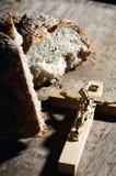 Cruz e pão santamente Foto de Stock Royalty Free