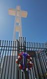 Cruz em Mt. Soledad e grinalda fotos de stock royalty free